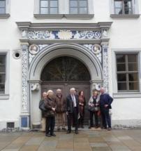 Nachkommen von Sebatian Lucius vor dem Portal des Lucius Hauses/Dachroeden-Haus (Foto: privat)