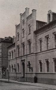 Im Jahr 1853 nach Plänen von Baurat Heß errichtetes Logengebäude in der Friedhofstr. (heute Amalienstr.), das im 2. Weltkrieg zerstört wurde. (Foto aus: Ernst Kriesche: Die Stadt Weimar. Ihre Sehenswürdigkeiten und nächsten Umgebungen, Weimar 1914, S. 28, Abb. 61)