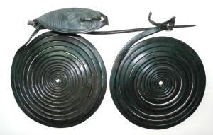 Die bronzene Fibel (Gewandspange) aus dem Hortfund der späten Bronzezeit vom Jenzig (© Bereich für Ur- und Frühgeschichtliche Archäologie der FSU Jena).