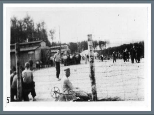 Das Kleine Lager Buchenwald im Juni 1944, illegal aufgenommen von Georges Angéli. Er war Mitglied Häftlingskommandos Fotoabteilung, daher konnte er an einem Sonntag eine Kamera entwenden und heimlich Abzüge anfertigen, um den gestellten und geschönten Fotos der SS etwas entgegensetzen zu können und die Situation im Kleinen Lager aus einer anderen Perspektive darstellen. Za Ra 10:46 Za Ra Sommer 19944 war ein Zeitpunkt der absoluten Überbelegung, im Hintergrund ist noch ein Militärzelt zu erkennen, die kurzzeitig dort aufgestellt worden sind.