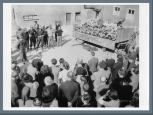 Die Bevölkerung Weimars wird zum Besuch des KZ gezwungen. (Quelle: Innenhof Weimarer Bevölkerung: National Archives Washington, Buchenwald-Archiv Signatur: 020-12.009 16.04.1945, Fotograf: Walter Chichersky. http://www.fotoarchiv.buchenwald.de/index.php?id=1160#/fotos/1091)