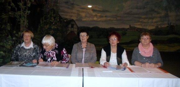 fünf Frauen sitzen an einem Tisch